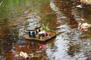 Här kommer Viktor Ladänges båt guppande. Den vann andra pris i skönhetstävlingen.