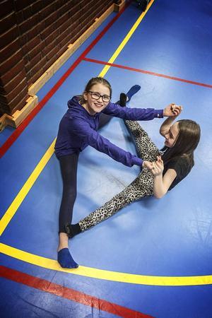 Sara Nordin från Östersund och Ellen Sjödin från Gällö brukar följa med sina mammor på dans varje vecka.