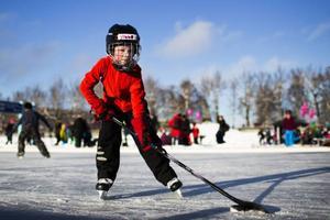 Det blivande hockeyproffset Viggo Magnusson, sex år, höll sig stadigt på isen och sköt gång på gång pucken mot mål.