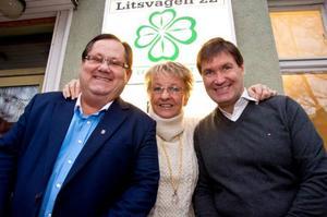 I stället för en politiker, blir det två som tar över efter Carina Zetterström. Fr v: Ulf Edström, centerns valberedningsordförande, Carina Asplund och Andreas Carlsson.