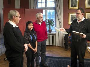 Eleven Taj Hsu, omgiven av lärarna Kenneth Sandberg och Gunnar Stålberg, tog emot priset av Kent Sjöberg.