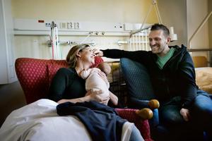 Glada igen. Nu kan Anna och Marcus Carlqvist skratta på nytt. Dottern Elsa överlevde sitt andningsuppehåll och mår så bra att hon snart får åka hem till sina tre storebröder.