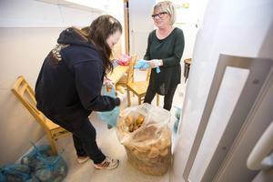 Brödet packas om till lämpliga familjepåsar av Jeanette Hallstensson och Eva Åkerdahl.
