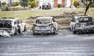 Tre bilar brannn upp helt medan en fjärde fick rejäla skador på grund av den häftiga branden på parkeringen.