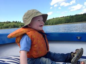 Edvard, snart 2 år, älskar att åka båt!