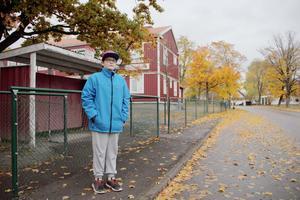 Emil har många gånger fått vänta på skolbussar som inte kommer. Bland annat här vid hållplatsen utanför Lunds skola. Ibland är den sen och ibland svänger den inte in på gatan där hållplatsen ligger.