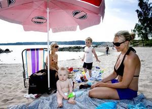 FÖRUTSEENDE. Ett parasoll är klokt att ha med sig till badstranden. På bilden från vänster: Karolina Dyvik, Neo, Mio och Malin Östlund.