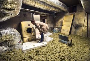 Per Persson läser instruktionerna på den gamla VAB Calor tvättmaskinen som fortfarande står kvar på vinden.