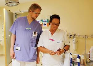 Anders Westlin, sjuksköterskestudent som sommarjobbar som undersköterska, och Irén Karlsson, undersköterska, kollar på termometern på kirurgavdelningen där de arbetar. Den visade 26,5 grader på tisdagskvällen. Vissa dagar är det 30 grader.