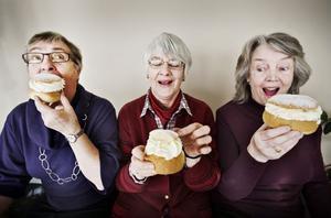 Inga Englund, Inger Borgman och Margareta Wärnvick äter och njuter.