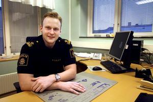 En av fem. Mattias Forssten är ny närpolisgruppchef i Nora, han är också en av fem nya poliser som kommit hit det senaste halvåret.