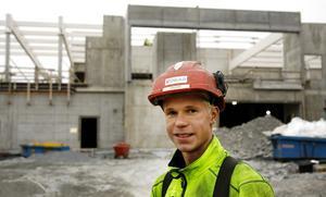 Lärlingen Fredrik Bergström har dragit en vinstlott. han gick direkt från skolan till badhusbygget.