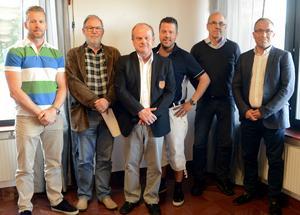 Mora IK:s styrelse: Anders Nilsson, Bengt-Åke Rehn, Arne Grahn, Ulf Hansson, Ola Blumenberg, Lars Lisspers. Hans Arnesson saknas på bilden.