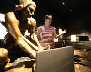 Projektledaren Mia Sas jobbar, från företaget Katapultkontoret, jobbar febrilt för att färdigställa utställningarna som öppnar på nationaldagen. Arbetet var långt ifrån klart när DD besökte museet dagen innan.