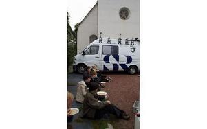 Sopplunch på kyrkbacken utanför Floda kyrka. Sveriges Radio P2 spelade in konserten som ägde rum efter maten.