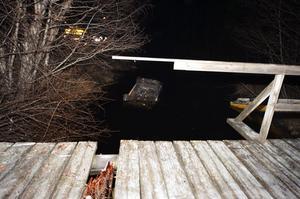 Bilen körde över en mindre bro innan den hamnade i vattnet.