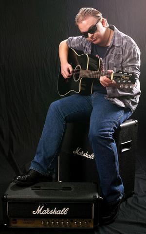 Led Zixy, LjungbyHej! Mitt namn är Alexander Solberg, och det är jag som är Led Zixy. Jag är en singer/songwriter från Ljungby som lever för musiken.Led Zixy handlar on rock'n roll och att vara sig själv.´På Kulturfabriken här i Ljungby jobbar jag, och har hunnit släppa två album på åtta månader. Jag skriver själv text till alla mina låtar. På jobbet får jag hjälp att sätta ackord till mina melodier, och att spela in dom. Nu jobbar jag med att spela gitarr mer självständigt. Nu ser jag fram emot en kul helg i Sundsvall.