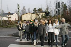 Kör mot rött. Eleverna i klass 4A på Lillåskolan berättar att bilister kör mot rött ljus på Torsåkersvägen. Vägen passerar de dagligen när de ska ta sig till och från skolan.