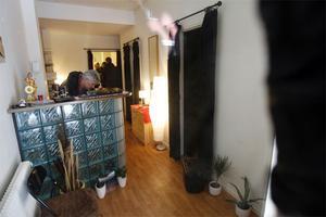 I salongen finns tre stycken bås med skynken som begränsar insynen.