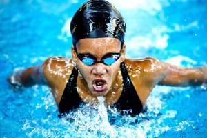 Gloria Muzito tog tre av Sundsvalls sju medaljer i Sum-Sim och visar varför hon tagits ut i ungdomslandslaget.