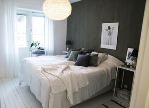 Fondväggen i sovrummet är målad med isländska kalkfärgen Kalklitr som ger väggen en både mjuk och rå känsla.