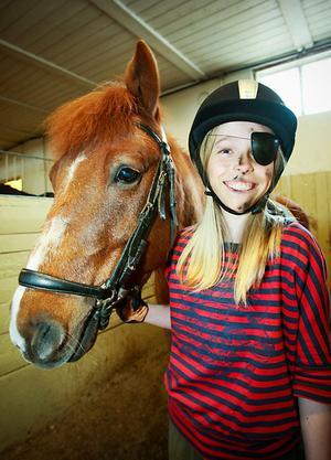 Johanna Fält var en av fyra pirater i ponykadriljen. Hon red på hästen Chivas Regal.