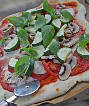 Hembakat. Pizza från egen ugn är något helt annat än den man bär hem i kartong.