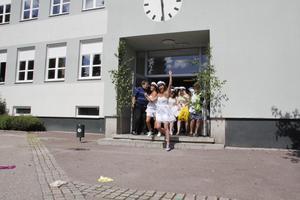 Skolan. Moderaterna i Fagersta vill låta lärarna fokusera mer på pedagogik och mindre på administration. Bilden: nykläckta studenter springer ut ur Brinellskolan förra året.                               Foto: FP/arkiv