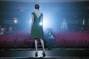 Mia (Emma Stone) och Sebastian (Ryan Gosling) får upp ögonen för varandra efter några inledande och inte så trevliga första sammandrabbningar i