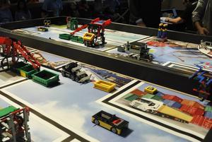 Tävlingsbanan. Det gäller för robotarna att klara av olika uppdrag, exempelvis åka och hämta metangas på andra sidan banan. Banan ser likadan ut för alla tävlingsdeltagare världen över.