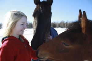 Ridning. Hästarna Muscot och Zvante med Sofia Hjelm, som jobbar på Myrby Ridskola. Där tar hon hand om hästarna och hjälpa ridskolebarnen.