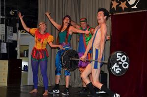 Världens starkaste man laddar för ett lyft när Cirkus Saga framförde sin föreställning på Folkets hus i Askersund.