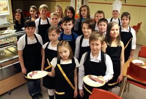 Femmorna jobbade för fullt i köket och med serveringen. Det är en tradition att just barnen i årskurs fem har dessa hedersuppdrag.