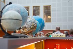 8000 böcker, från geografi till skönlitteratur, finns i skolans bibliotek.