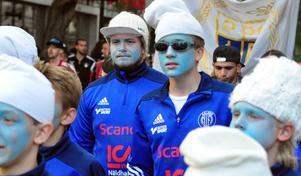 Ett blått fotbollslag utklädda till smurfar kvällen till ära.
