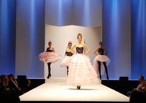 Så här såg det ut på catwalken i Florens tidigare i år när eleverna visade upp sina kollektioner för publiken. Helenas kollektion består av fem klänningar, varav en är en barnklänning. Varje skapelse är uppbyggd av tre delar: En korsett, en kjol och en vid underkjol eller krinolin som det kallas.Foto: Privat