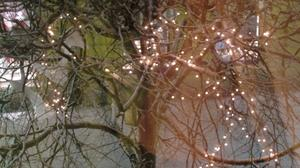 Glimrande ljussken över Stora gatan i Köping.