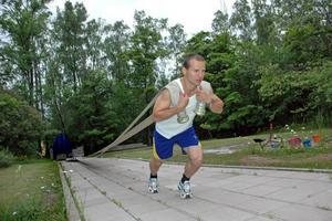 Världens tuffaste. Deltidsbrandmannen Daniel Hallgren från Skutskär tränar styrka och kondition hemma på gården. I augusti ska han försvara sin VM-titel i brandmamma-VM i Sydkorea.