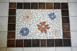 Mosaik på tvättstugegolv.