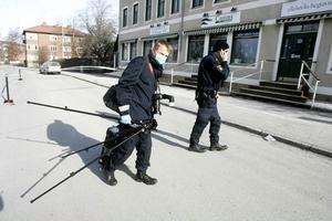 Två män fördes med ambulans till Östersunds sjukhus akutmottagning, efter att de ska ha blivit attackerade av flera män.