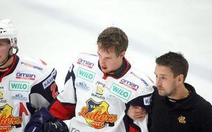 PÅ BENEN. Växjös Johan Jonsson leds av isen efter Marco Tuokkos tuffa tackling.