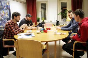 Samtalsledaren Benny Backeby tillsammans med pappagruppens John-Erik Ondahl, Christian Olars och Niklas Nordlund.