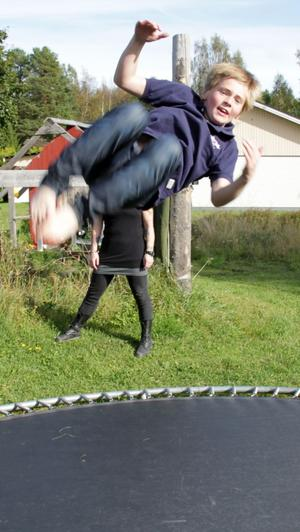 Alvin Nordlund testar ett specialhopp på mattan.