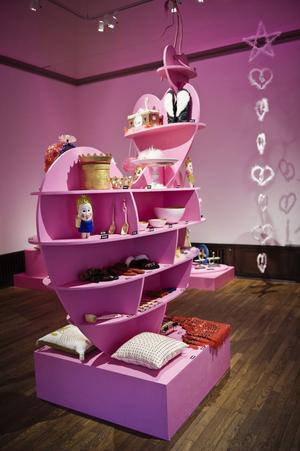 """Kärlek kan uttryckas på många sätt, till exempel genom slöjdande. Det är budskapet i rummet """"Sväva på rosa moln""""."""