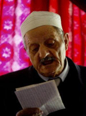 Imam Chaher Dirawi håller bön på arabiska. Men nu i veckan, lagom till Ramadan, börjar man också att ge en sammanfattning av ceremonin på svenska, det enda språk som alla muslimer i Sundsvall har gemensamt.