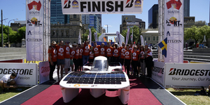 MDH Solar Team vid målgången i Adelaide i Australien.