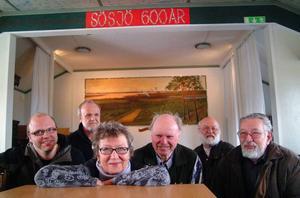 Dennis Eklund, Bertil Jonsson, Kerstin Wallin, Stig-Arne Eklund, Jan Persson och Ingemar Nilsson, entusiastisk Sösjösextett inför 600-årsfirandet av byn i sommar.