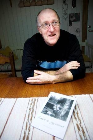 """Janne Karlsson har skrivit många teaterföreställningar genom åren. Men fram till för något år sedan hade han aldrig en tanke på att skriva en hel bok. För ett par veckor sedan släpptes hans tredje bok """"Snart är jag vuxen"""". Foto: Sandra Högman"""