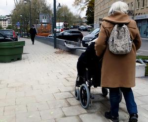 Person i rullstol får hjälp av sin personliga assistent. Bild: Hasse Holmberg/TT arkiv