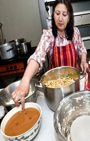 Latifa Murtazan provsmakar den goda maten.